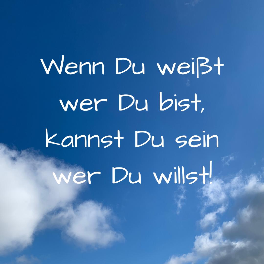 Spruch 20-03 Wenn Du weißt wer Du bist Spruch auf blauem Himmel